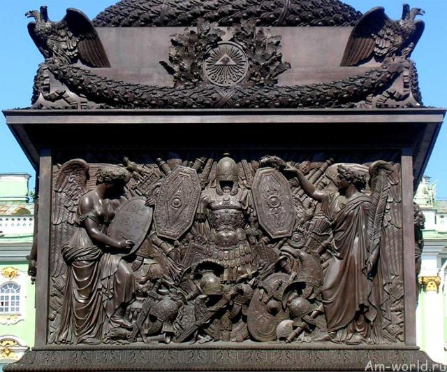Колонна с ангелом в городе на Неве