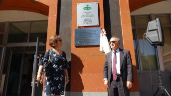 Benefactors Drs. Nazareth & Ani Darakjian unveiing the Center's plaque