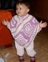La niña de Raquel con su poncho.