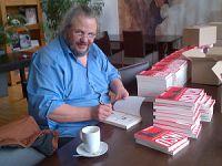 Udo Schulze signiert sein neues Buch