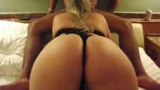 Corno filmando o rabão gostoso da esposa enquanto ela chupa a pica do amante