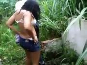 Não mostra a minha mãe!! empata foda flagrou a safada trepando no mato com o vizinho