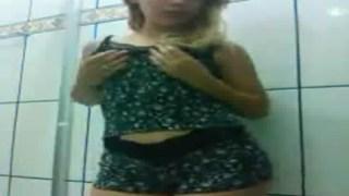 Novinha danada mandou vídeo pro grupo de putaria fazendo strip-tease no banheiro de casa