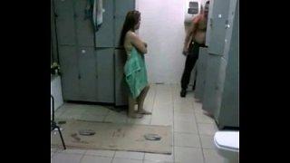 Negão dando uma rapidinha com a mulher do chefe no banheiro da empresa