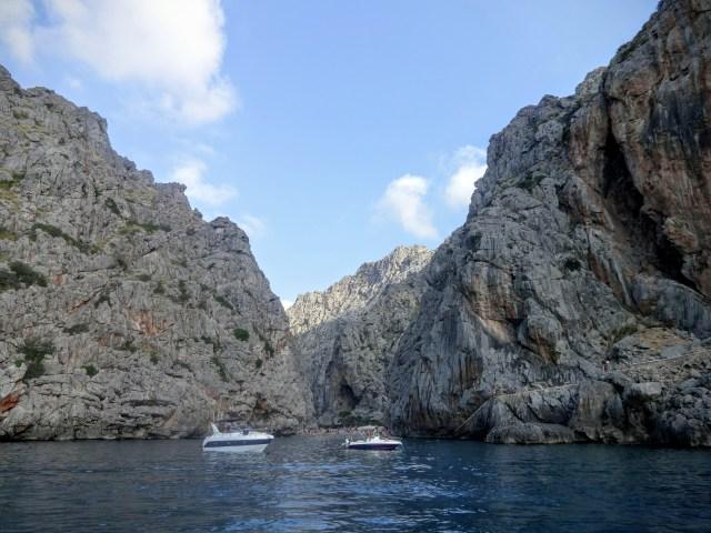 Barche davanti a Sa Calobra