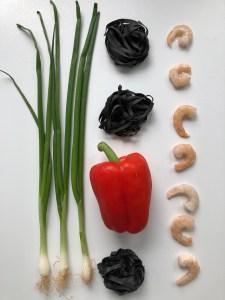 Schwarze Nudeln mit Gemüse-Garnelen-Sauce – ein Pasta-Traum