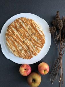 Apfel-Zimt-Kuchen mit einem Caramel-Cream-Cheese-Frosting