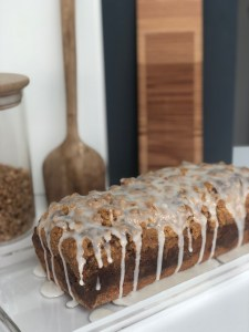 Zimt-Bananen-Marmor-Brot mit dicken Streuseln und einem Vanille-Milch-Icing; alternativ auch vegan möglich!