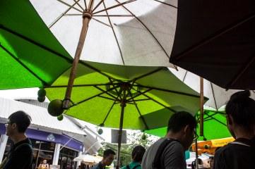 Payung-payung lucu yang menaungi gue dengan manisnya saat gue duduk sendirian melihat pasangan-pasangan :'