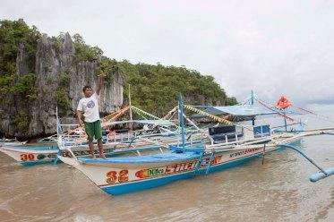 Mendarat dulu di pantai ini, sebelum jalan kaki ke area yang ada perahu-perahu kecil utnuk masuk ke dalam gua