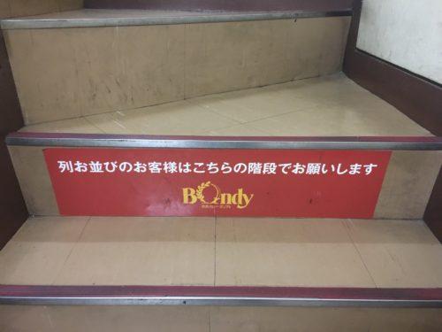 さすが有名店。階段にまで行列ができるんですね。