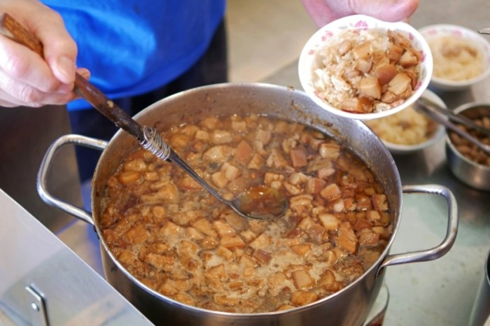 府城在地飄香50年的好味道『落成米糕』肥瘦兼具的鹹香肉燥香氣讓人一吃就愛上!台南小吃|台南中西區