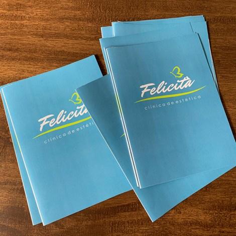 Folder com dobra central em couchê para apresentação de clínica de estética