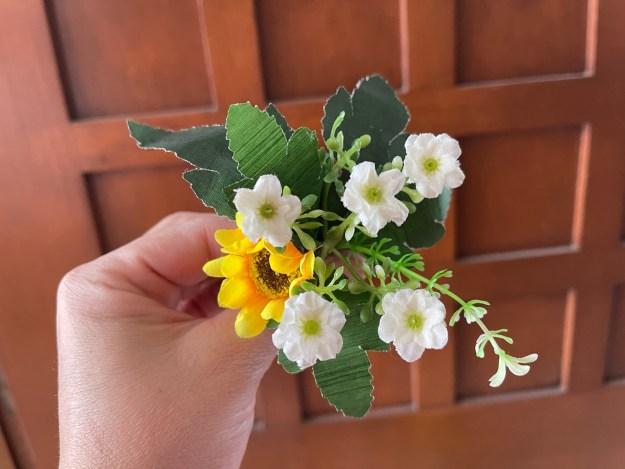 flores blancas y girasol