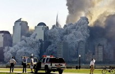 La torre 2, entre el polvo y los escombros, a media hora del colapso de la primera.