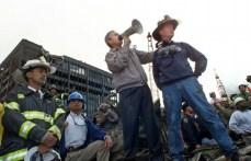 George Bush, junto al bombero jubilado Bob Beckwith en el lugar de la catástrofe.