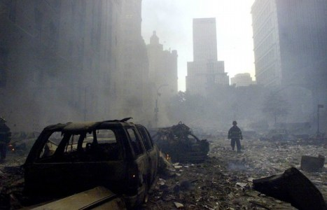 Un bombero camina entre escombros cerca de los cimientos del World Trade Center.