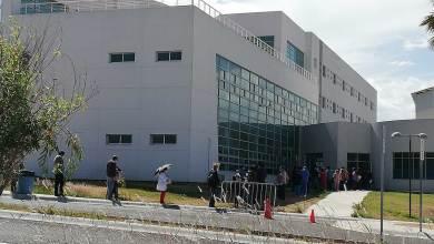 Photo of Médicos y enfermeras en San Juan del Río hacen fila para recibir la vacuna