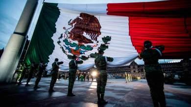 Photo of Izan bandera en honor a las víctimas de los sismos de 1985 y 2017