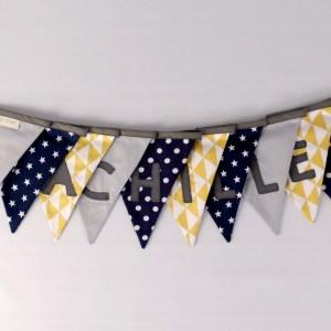 guirlande-fanions-prenom-achille-banniere-brodee-fanions-bleu-marine-navy-gris-jaune-moutarde-etoiles-motifs-geometriques-deco-chambre-bebe-garcon
