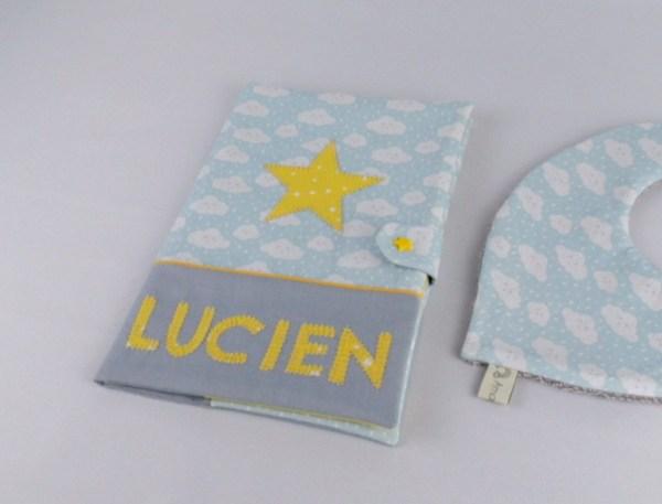 protege-carnet-sante-personnalise-lucien-gris-jaune-imprime-nuage-cadeau-bapteme-naissane-personnalisable-prenom-couleurs