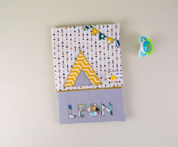 housse-carnet-sante-personnalise-prenom-leon-tipi-moutarde-gris-bleu-canard-decoration-bebe