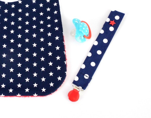 attache-tetine-bleu-marine-etoiles-rouge-cadeau-naissance