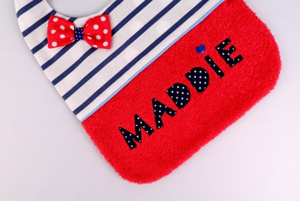 bavoir-brode-prenom-maddie-rouge-raye-bleu-marine-blanc-cadeau-bebe-naissance-personnalisable-personnalized-bib-navy-red