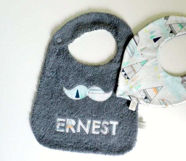 bavoir-prenom-ernest-cadeau-naissance-personnalise-bapteme-moustache-gris-tipi-vert-menthe