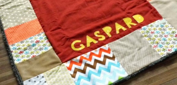 plaid-bebe-personnalise-prenom-gaspard-cadeau-naissance-deco-chambre-bebe-beige-jaune-moutarde-gris-orange-baby-blanket-gift-baby-boy