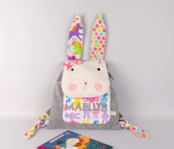 sac-a-dos-lapin-enfant-brode-prenom-maellys-sac-personnalise-prenom-fille-gris-rose-licorne-rabbit-baby-backpack