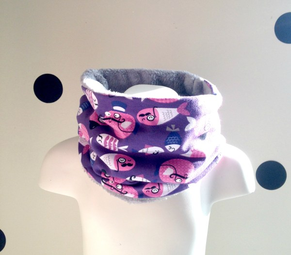 snood-bebe-cache-col-tour-de-cou-violet-fille-imprime-poissons-moustaches-polaire-gris