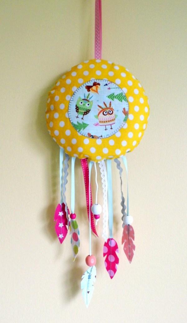 boite-a-musique-attarpe-reve-hiboux-chouette-jaune-rose-plumes-boite-a-musique-deco-chambre-bebe-fille-dream-catcher-baby-yellow-pink