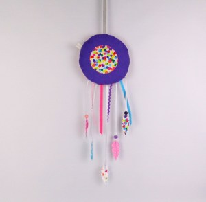 chambre-fille-violet-fuchsia-turquoise-boheme-attrape-reves-plumes-dream-catcher-amanite-rose