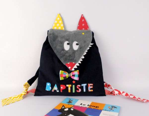 sac-a-dos-bebe-creche-personnalise-prenom-baptiste-bleu-marine-rouge-jaune-backpack-with-name-wolf
