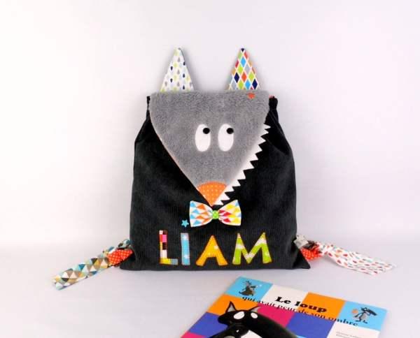 sac-a-dos-enfant-prenom-liam-loup-gris-multicolores-orange-sac-a-dos-bebe-mini-sac-a-langer-personnalise-cadeau-bapteme-bebe-personnalise-toddler-backpack-wolf-personnalized-name