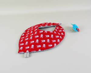 foulard-bebe-bandana-rouge-pirate-cadeau-naissance-bapteme-garcon