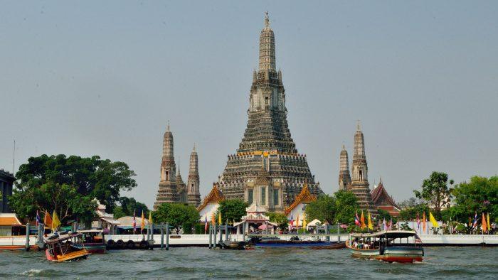 Wat Arun, à Bangkok. Nous avons eu la chance de le visiter, ensuite il a été fermé pour rénovation. Faut dire qu'il était super dangereux.