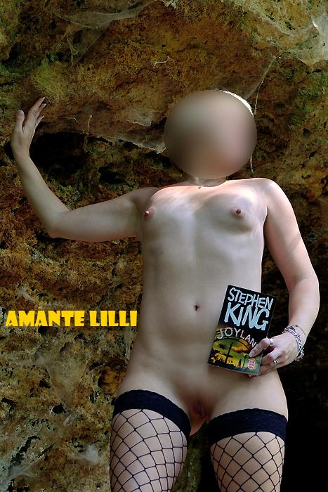 AmanteLilli exhibe nue devant une grotte 02