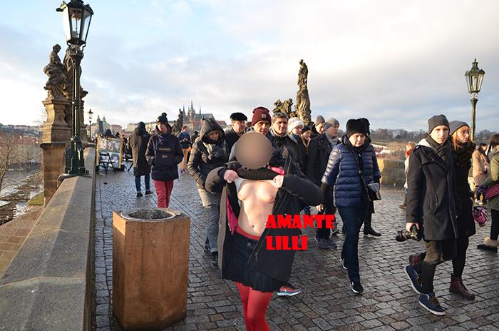 AmanteLilli s'exhibe dans la capitale tchèque, exhibition à Prague, coquine libertine à Prague, exhibtrip, exhibtour, tourisme libertin, tourisme exhibitionniste, exhibe, exhib, femme exhib, libertine française, coquine du Sud de la France, blog libertin, blog d'une libertine, blog coquin coquine, site amateur coquin, et libertin,, exhibition et flashboobs au Pont Charles, femme exhib montre ses seins sur le Pont Charles, exhib sur le Pont Charles à Prague,