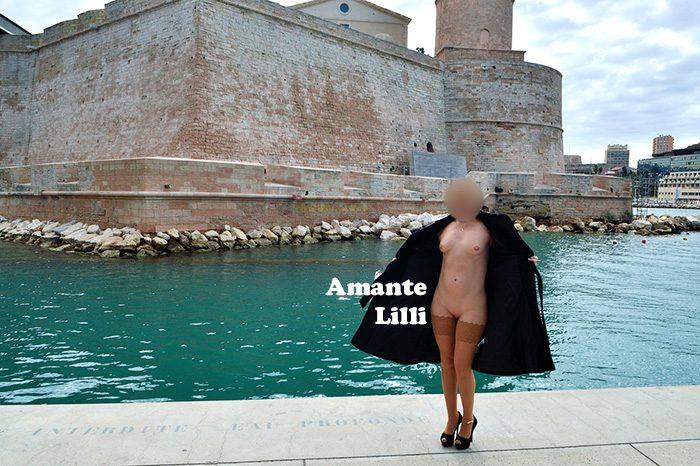 AmanteLilli s'exhib nue sous un manteau à Marseille sur l'esplanade du J4, exhib publique et flashing nue sous un manteau, chaîne de cheville hotwife et bas wolford, ouvre son manteau nue au fort saint jean