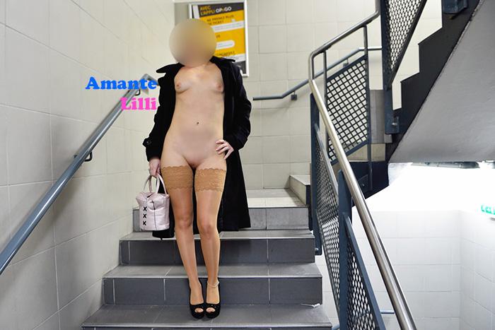 AmanteLilli nue dans un parking, femme exhib nue sous un manteau, chaîne de cheville hotwife