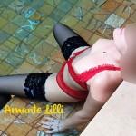 En lingerie et bas nylon dans la piscine de l'hôtel