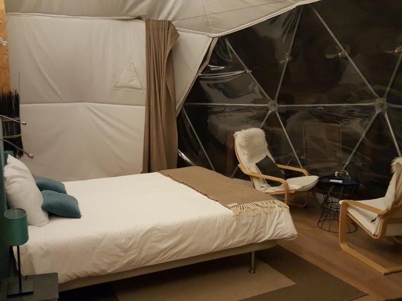 Interior da tenda DOMO do Natura Glamping- Fundão