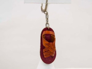 handmade-mexican-artisanal-tooled-leather-sandal-key-holder-002