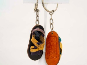handmade-mexican-artisanal-tooled-leather-sandal-key-holder-004