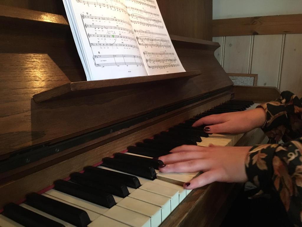 Livemuziek, bijvoorbeeld een familielid dat piano speelt, kan erg ontroerend zijn tijdens een afscheidsdienst.