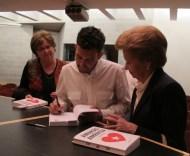Manuel dedicando un libro a Carmen Arcas y otros lectores en Cartagena