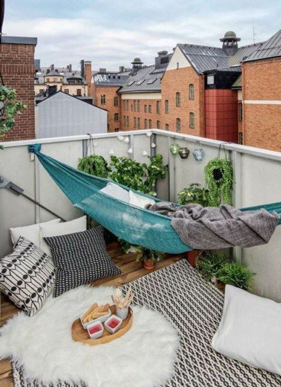 ideas para decorar balcones pequeños con una hamaca