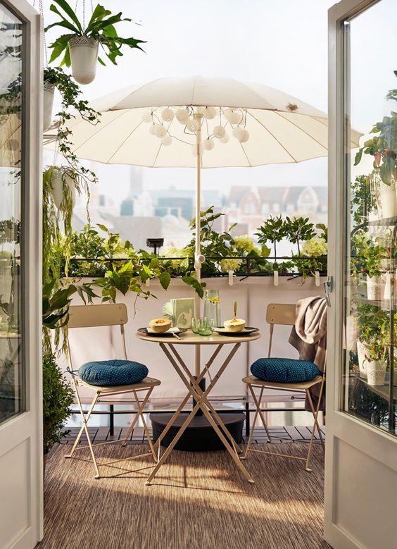 ideas para decorar balcones pequeños y que la sombrilla ocupe poco espacio